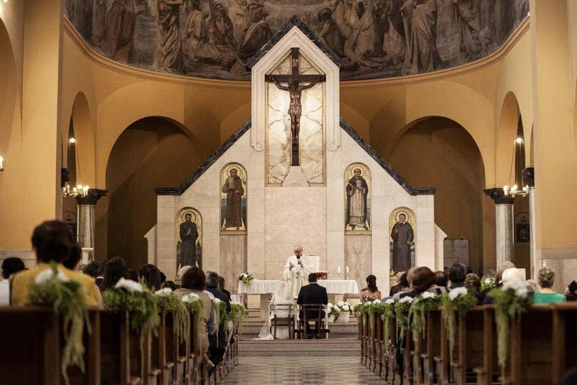 Il parroco celebra la messa di matrimonio a Torino