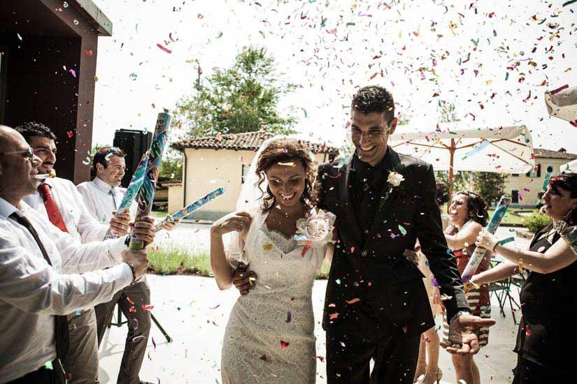 Fotografo matrimonio Torino: foto divertente di due sposi di Alessandria