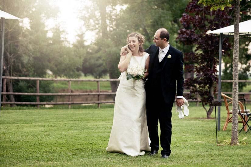 Fotografo matrimonio Torino: passeggiata con telefonata per gli sposi ad Asti