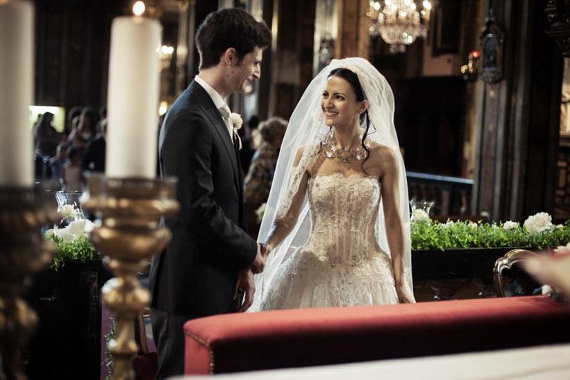 Fotografo matrimonio Torino: due sposi scherzano sull'altare