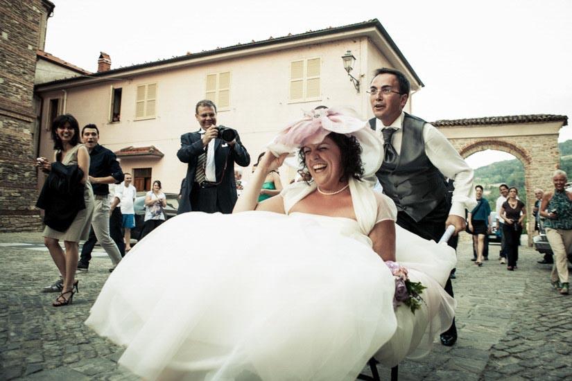 Fotografo matrimonio Torino: foto di uno scherzo degli amici ad un matrimonio di Alessandria