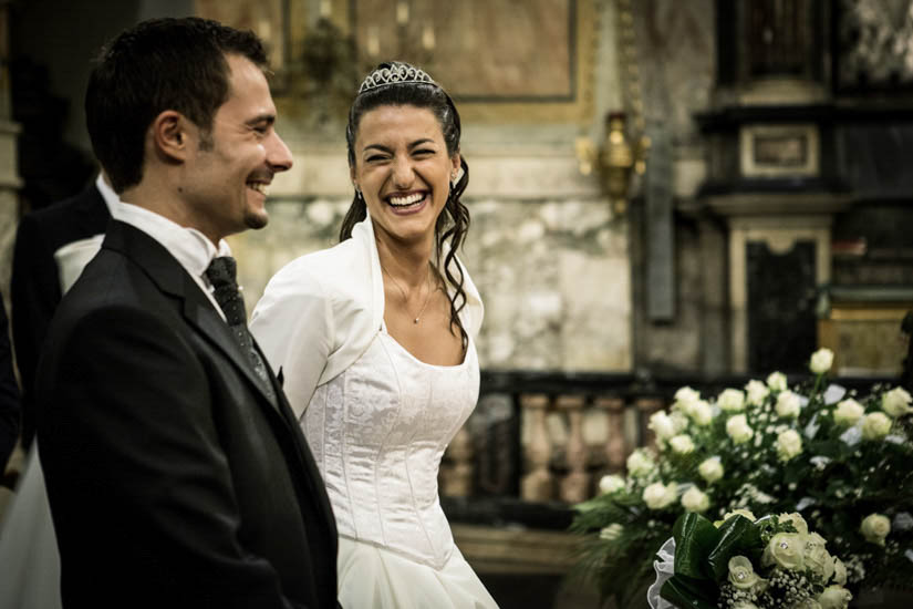 Fotografo matrimonio Torino: sorriso di una sposa elegante e divertente