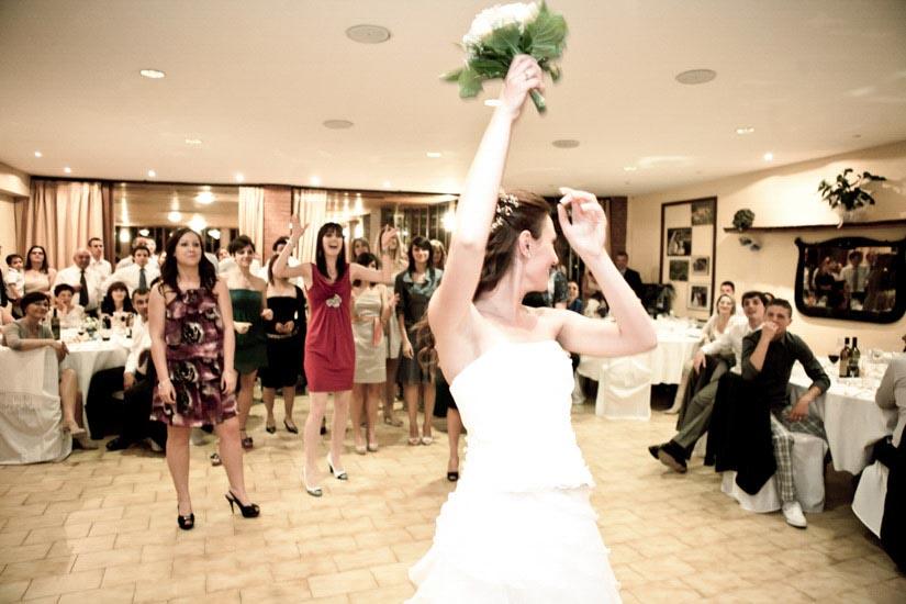 Fotografo matrimonio Torino: lancio del bouquet