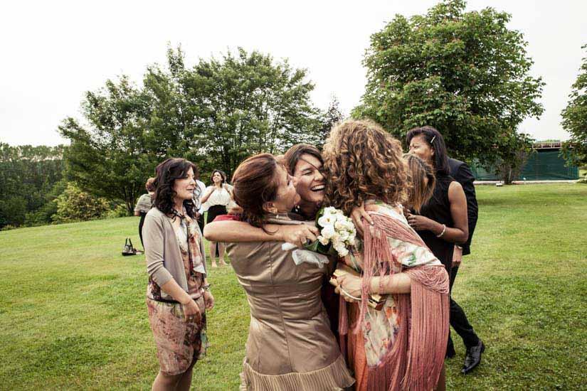 Fotografo matrimonio Torino: lancio del bouquet e fotografia