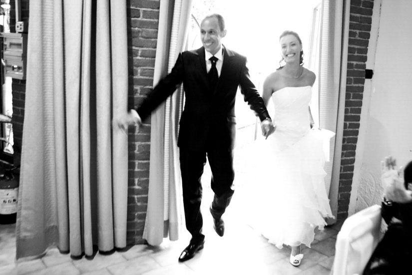 Fotografo matrimonio Torino: l'ingresso al ristorante e due sposi che sorridono