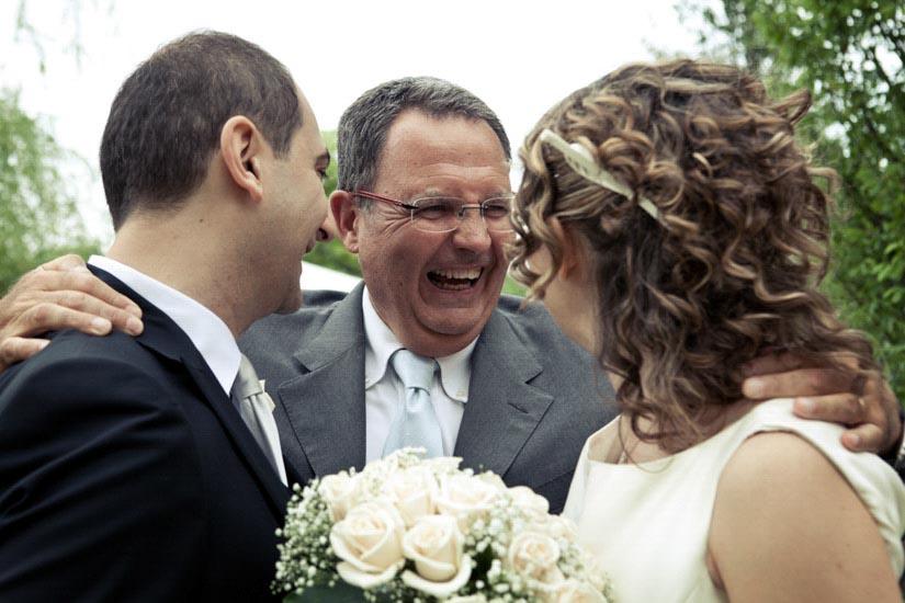 Fotografo matrimonio Torino: gli sposi ricevono le congratulazioni da un amico