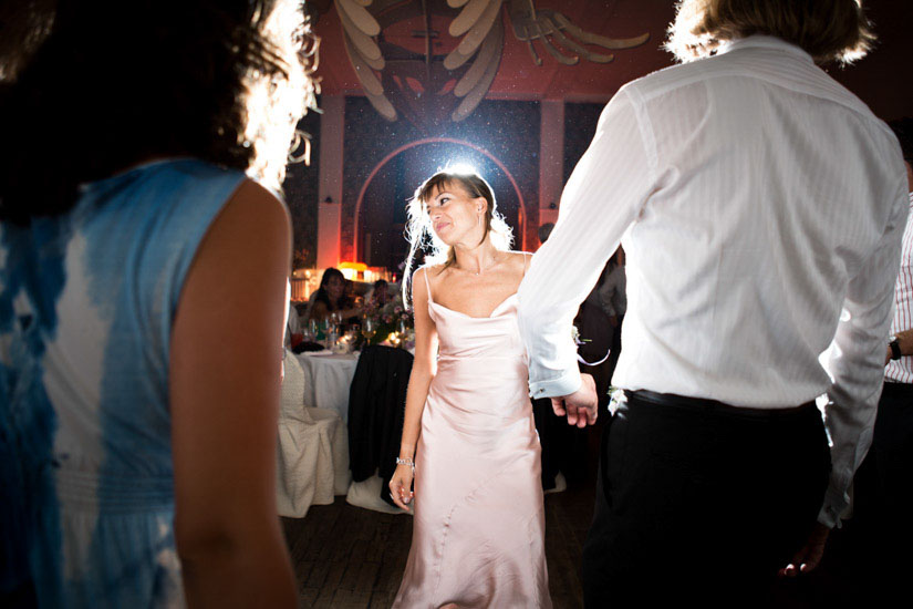 Fotografo matrimonio Torino: un'invitata balla e si diverte all'Esperia, a Torino