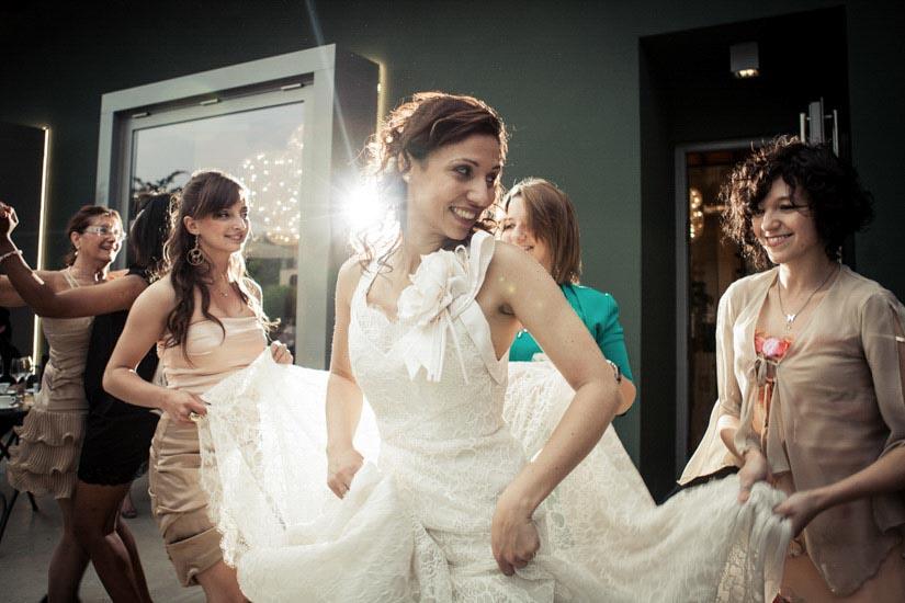 Fotografo matrimonio Torino: una sposa sorridente ad Alessandria balla con gli invitati