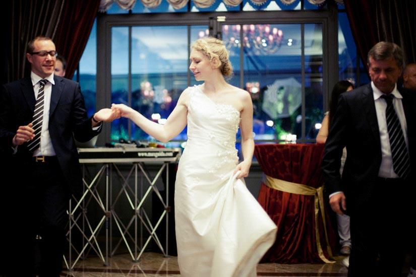 Fotografo matrimonio Torino: festa di matrimonio al lago Maggiore con la sposa che balla