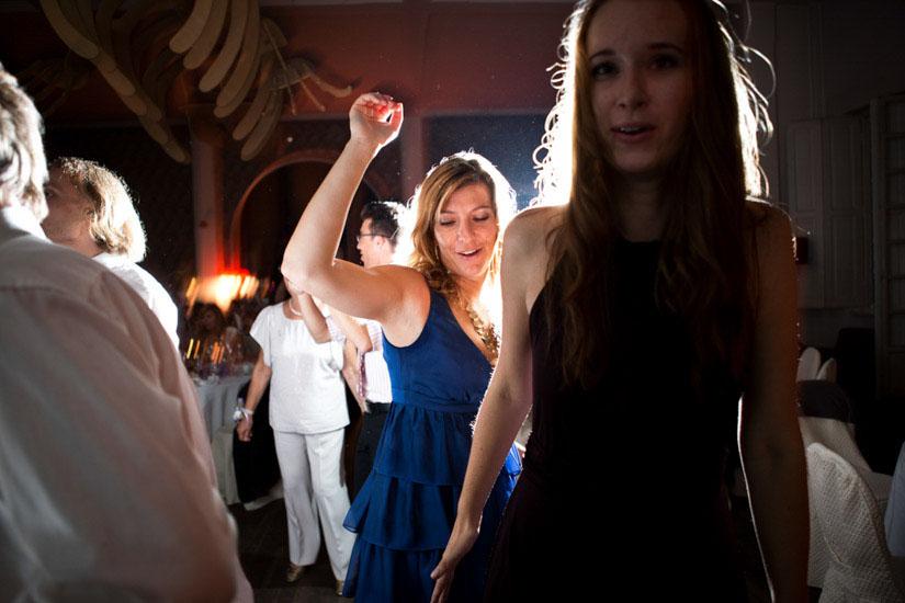 Fotografo matrimonio Torino: a Torino una testimone di nozze muove il corpo a ritmo di musica elettronica