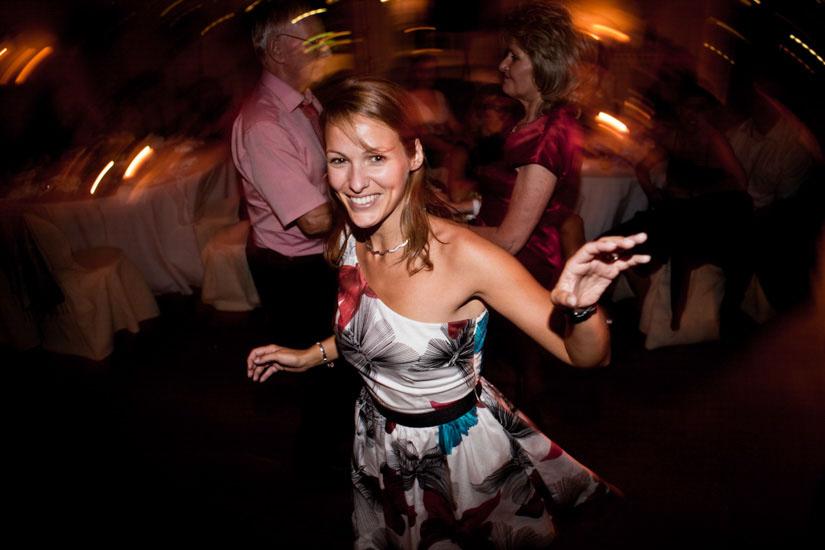 Fotografo matrimonio Torino: un'invitata sorride mentre balla