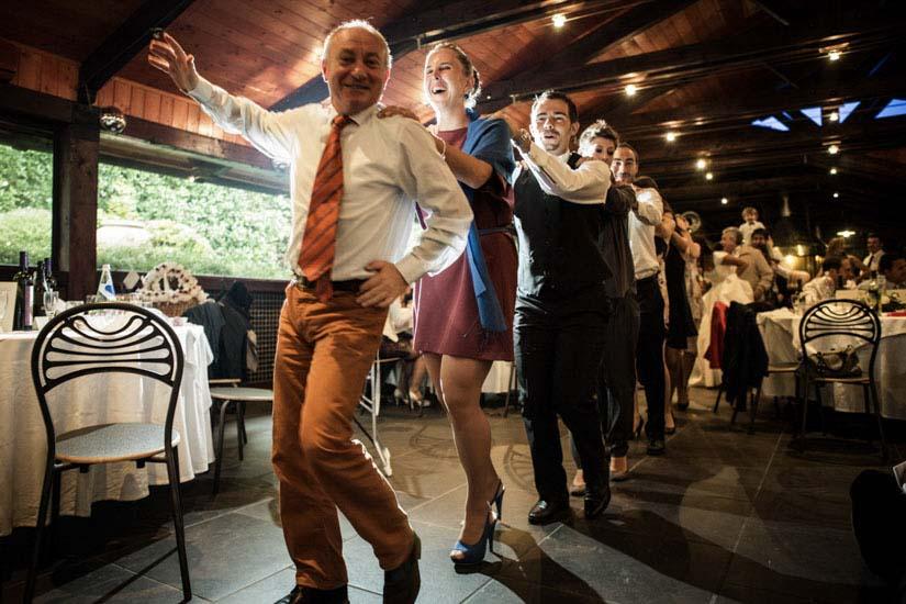 Fotografo matrimonio Torino: gli invitati a Pino Torinese ballano formando una fila