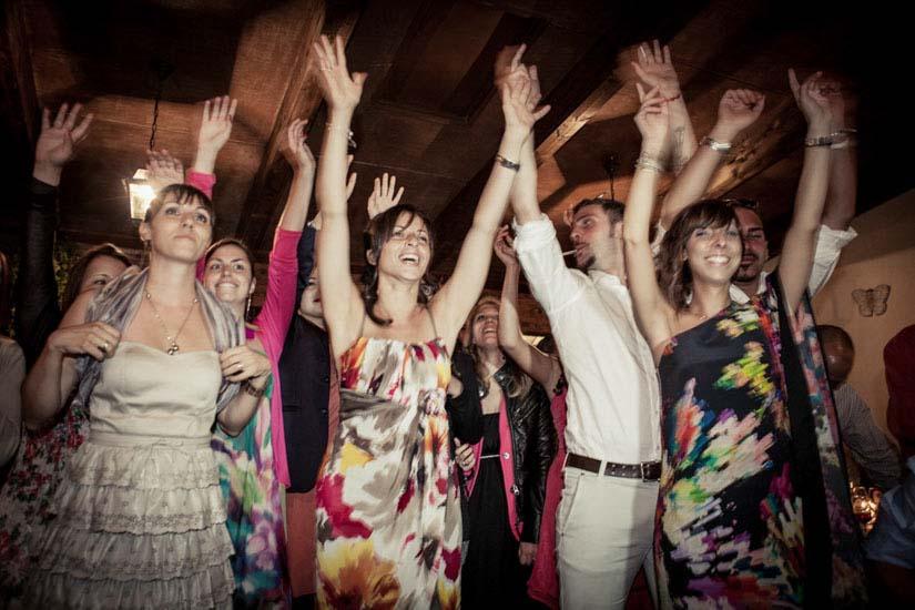 Fotografo matrimonio Torino: un gruppo di invitati di un matrimonio a Pino Torinese ballano con le braccia alzate