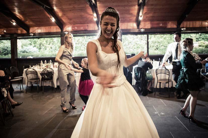 Fotografo matrimonio Torino: una sposa sorridente tende la mano per invitare a ballare