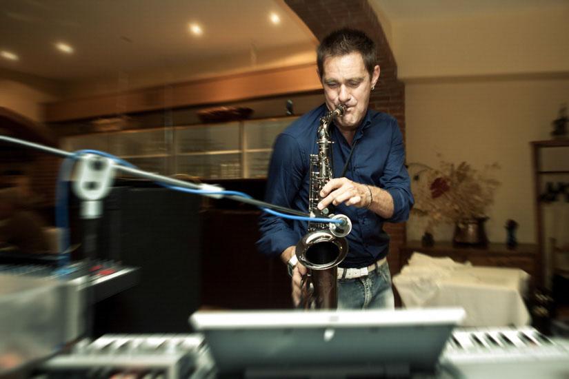 Fotografo matrimonio Torino: un musicista suona il sassofono durante una festa di matrimonio ad Asti