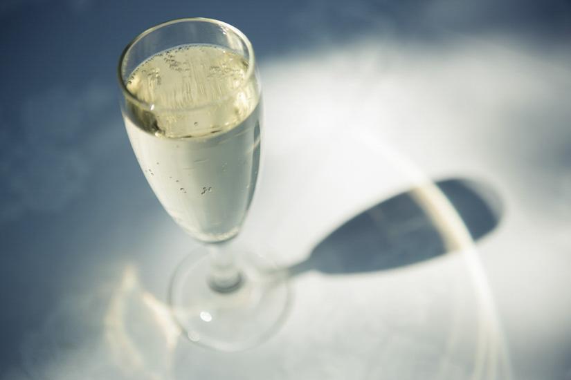 Fotografo matrimonio Torino: bicchiere pieno di champagne in un matrimonio a Nichelino