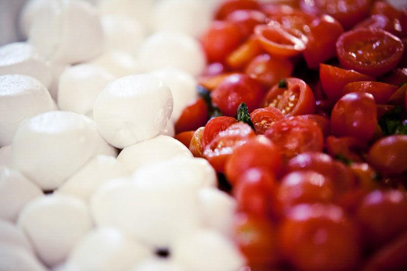 Fotografo matrimonio Torino: succosi pomodori e candide mozzarelle a Milano