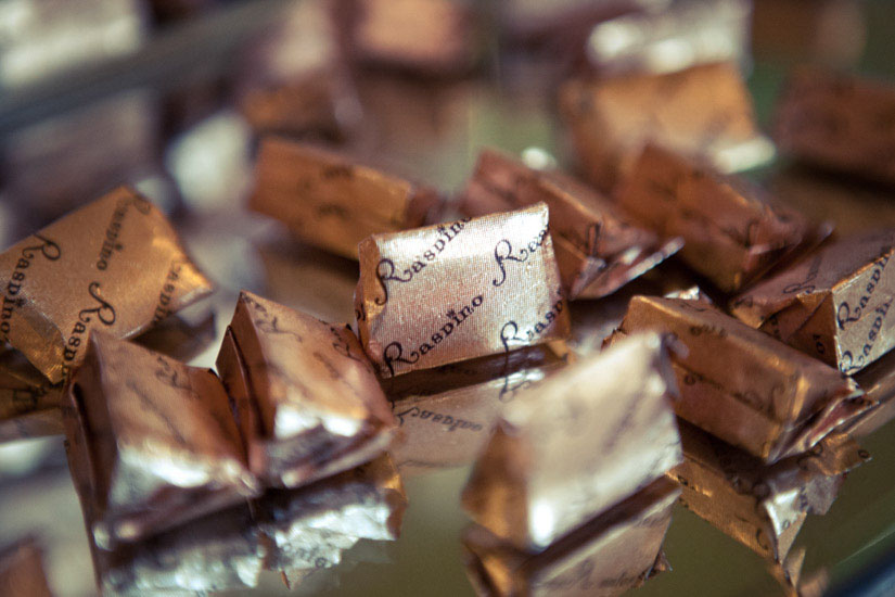 Fotografo matrimonio Torino: i cioccolatini al gianduia di Raspino a Torino