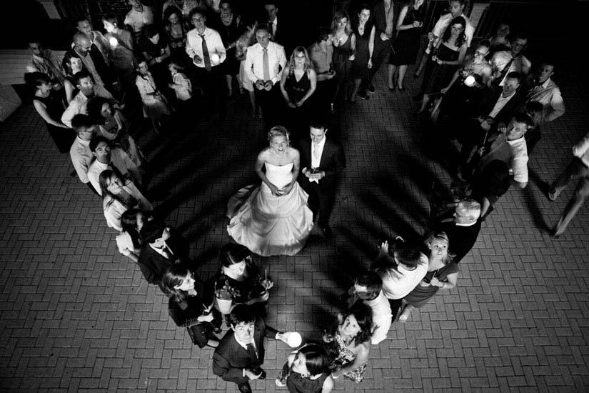Fotografo matrimonio Torino: idea originale degli amici, una foto di gruppo a forma di cuore
