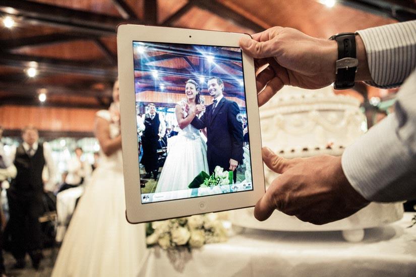 Fotografo matrimonio Torino: un iPad viene usato per fare fotografie agli sposi