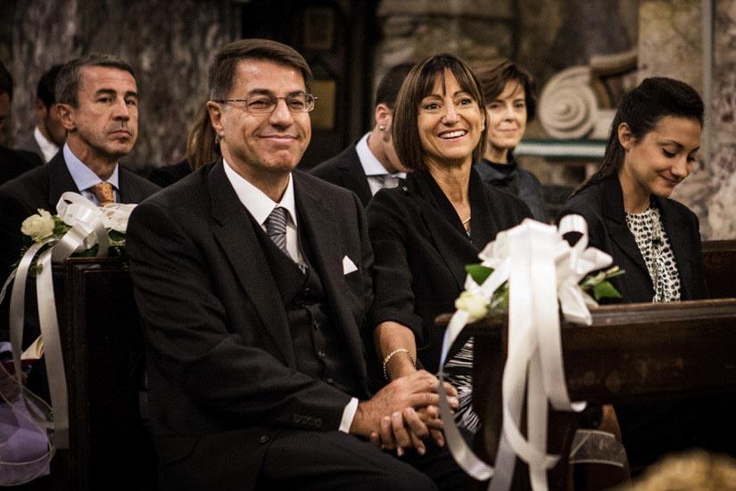 Fotografo matrimonio Torino: due genitori orgogliosi osservano la figlia sposarsi