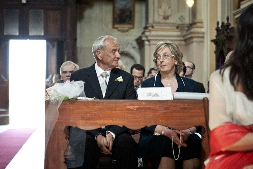 Fotografo matrimonio Torino: il padre e la madre della sposa si guardano in chiesa