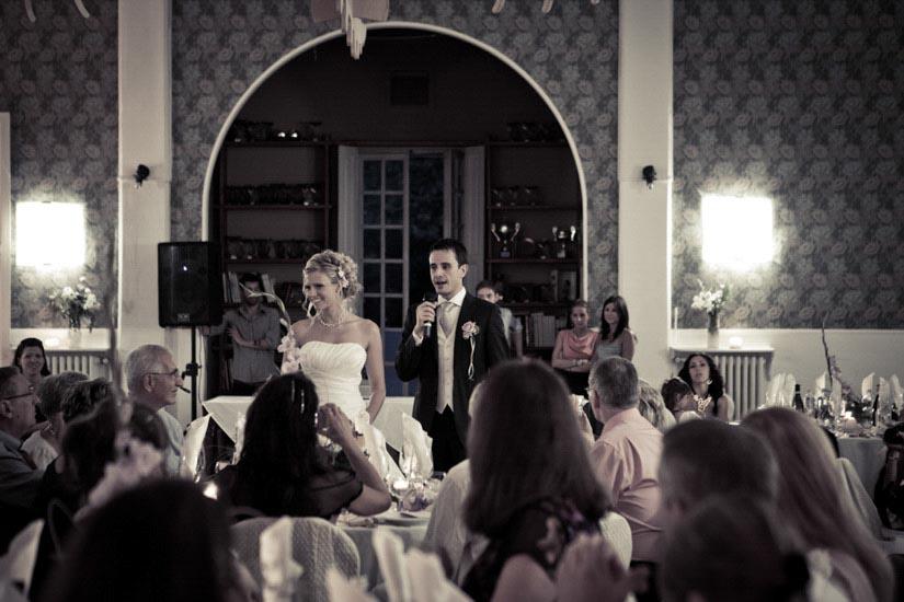Fotografo matrimonio Torino: una folla di invitati osserva lo sposo fare un discorso