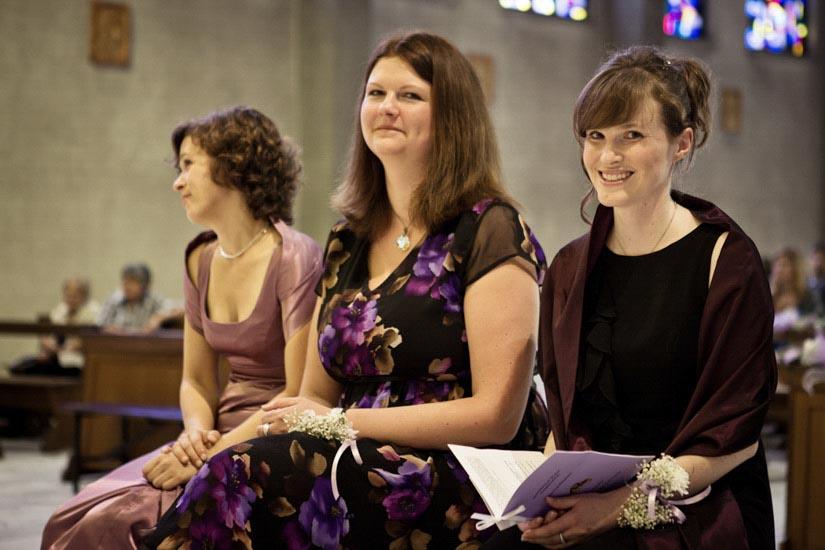Fotografo matrimonio Torino: la sorella della sposa e le sue amiche ridono durante uno scatto