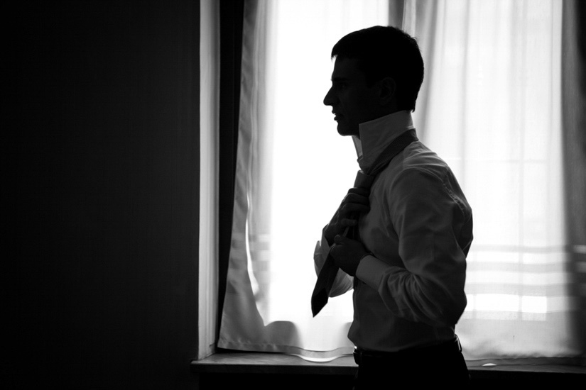 Fotografo matrimonio Torino: la preparazione dello sposo con la vestizione