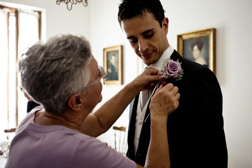 Fotografo matrimonio Torino: una fotografia di una mamma di Torino che accarezza suo figlio che si sposa