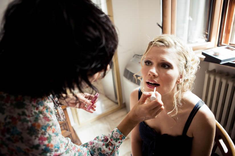 Fotografo matrimonio Torino: una magnifica sposa bionda a Torino si fa mettere il rossetto