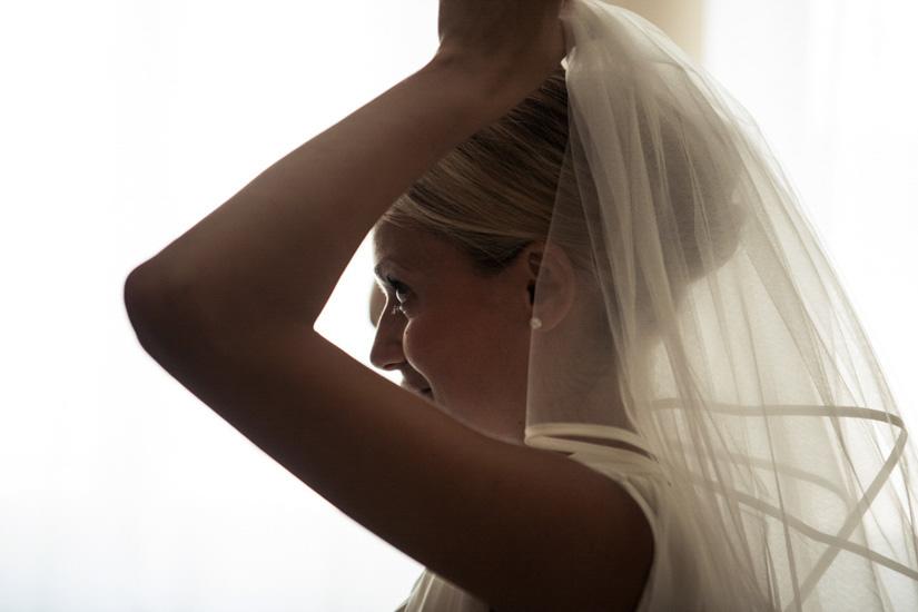 Fotografo matrimonio Torino: il vestito da sposa è composto anche dal velo che questa bellissima sposa indossa