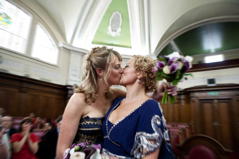 Fotografo matrimonio Torino: due spose si baciano a Londra