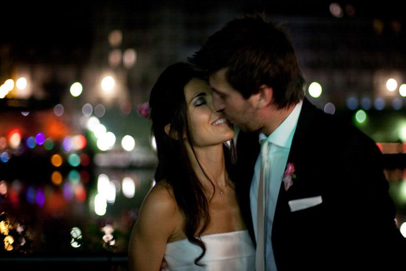 Fotografo matrimonio Torino: foto notturna a due sposi a Torino