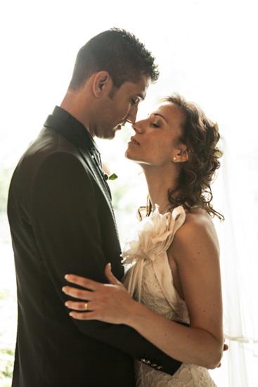 Un bacio romantico fra due sposi ad Alessandria