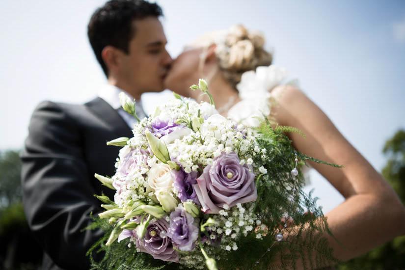 Fotografo matrimonio Torino: due sposi si baciano al Parco del Valentino a Torino