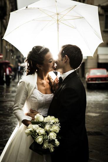 Fotografo matrimonio Torino: fotografia di un bacio romantico
