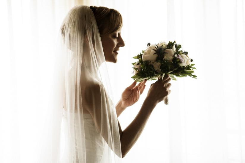 Una sposa odoro elegante il suo bouquet fiorito