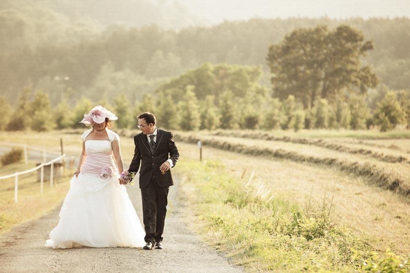 I campi di Alessandria fanno da sfondo a due teneri sposi