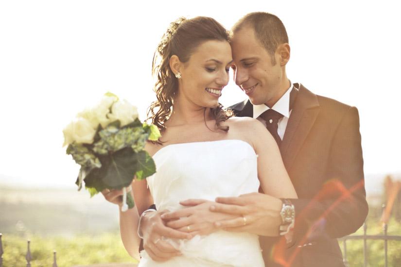 Due sposi si tengono per mano ad Asti - Fotografo di matrimonio a Torino