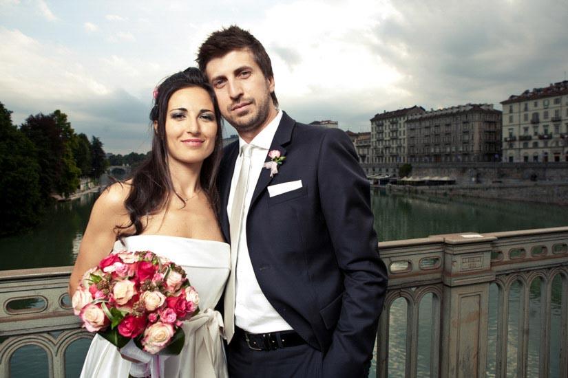 Due sposi sul ponte di Piazza Vittorio a Torino