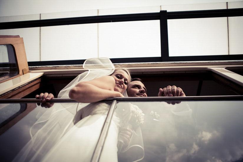 Fotografo matrimonio Torino: due sposi su un tram