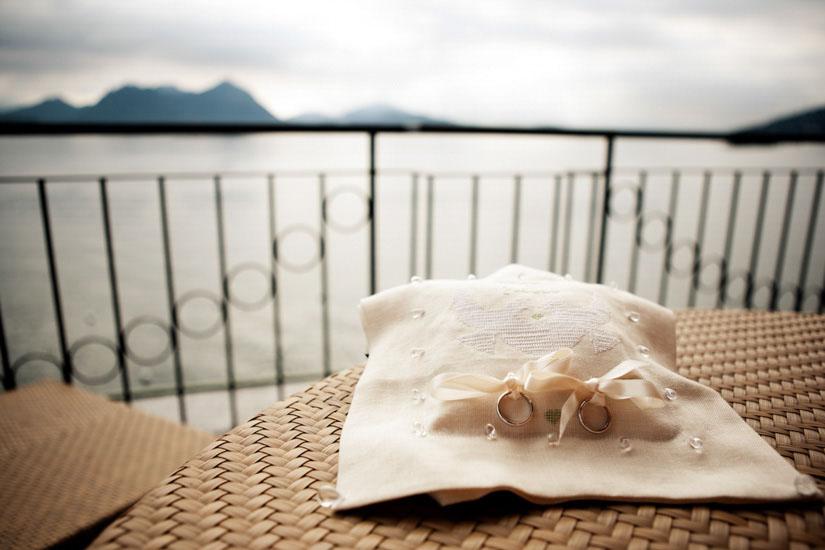 Fotografo matrimonio Torino: due anelli in esposizione su un balcone per un matrimonio al Lago Maggiore