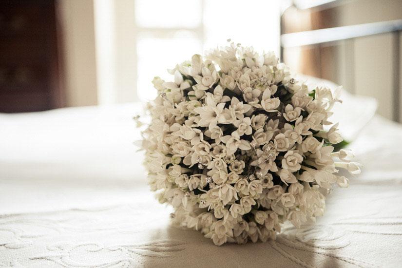 Fotografo matrimonio Torino: fiori bianchi conferiscono alla sposa un tono aggraziato e classico