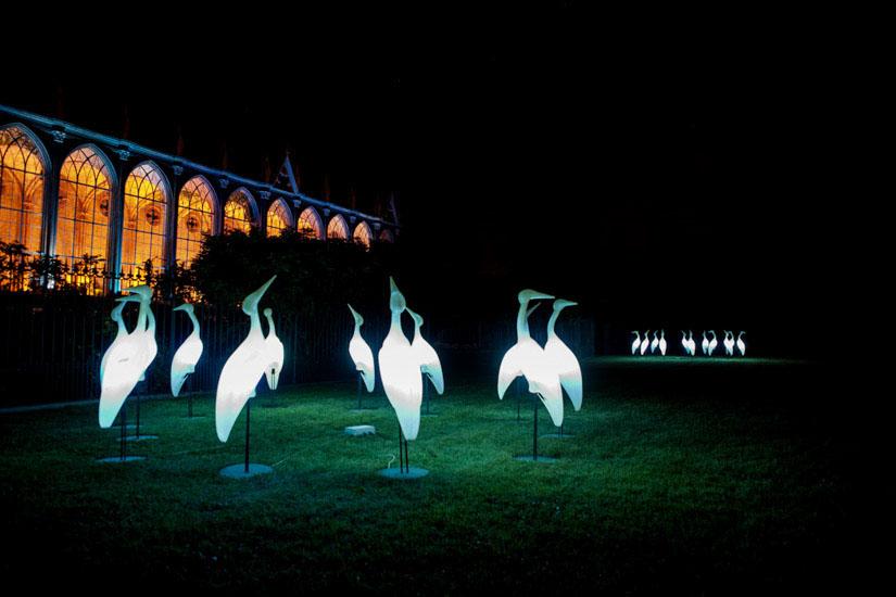 Fotografo matrimonio Torino: sculture di aironi adornano il giardino de Le Serre del Castello di Racconigi