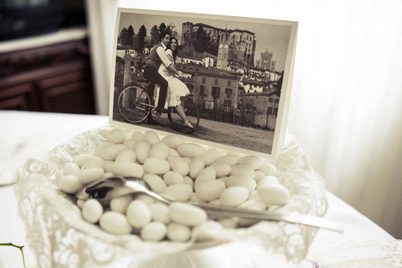 Fotografo matrimonio Torino: una foto invecchiata degli sposi sopra ad un portaconfetti a casa dello sposo