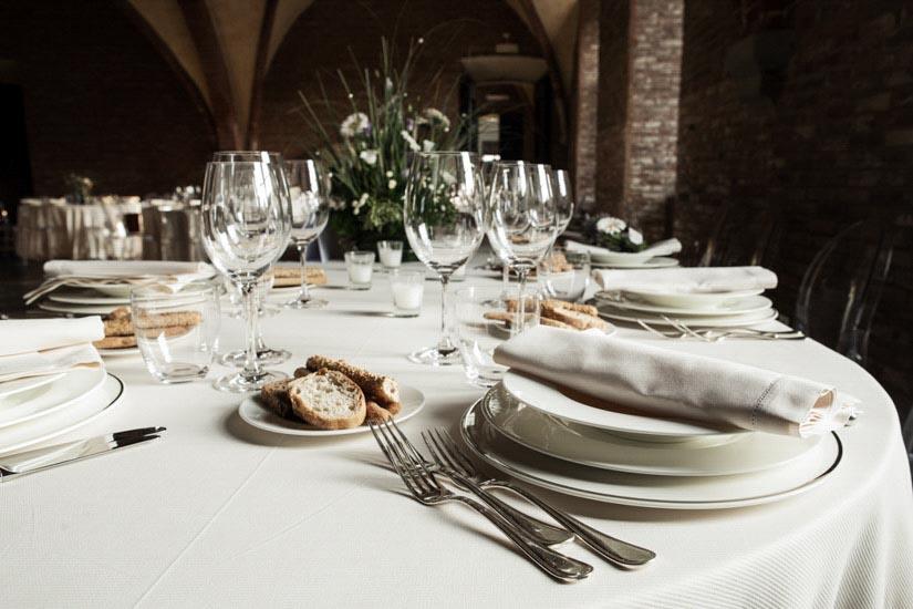 Fotografo matrimonio Torino: il catering pregiato di Stratta ha adornato questa tavola di matrimonio a Lucedio