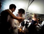 Matrimonio nelle Langhe - due sposi si divertono ballando