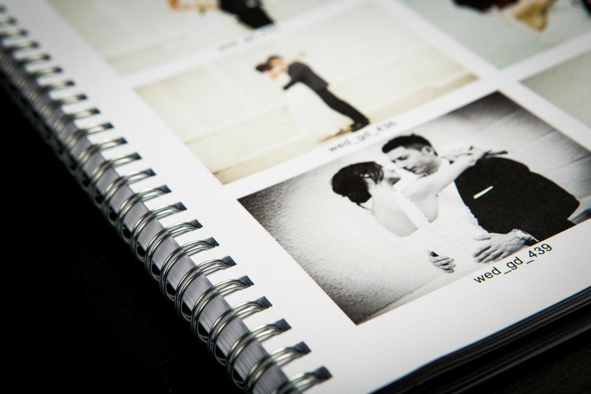 Fotografo matrimonio Torino: un dettaglio del libro dei provini