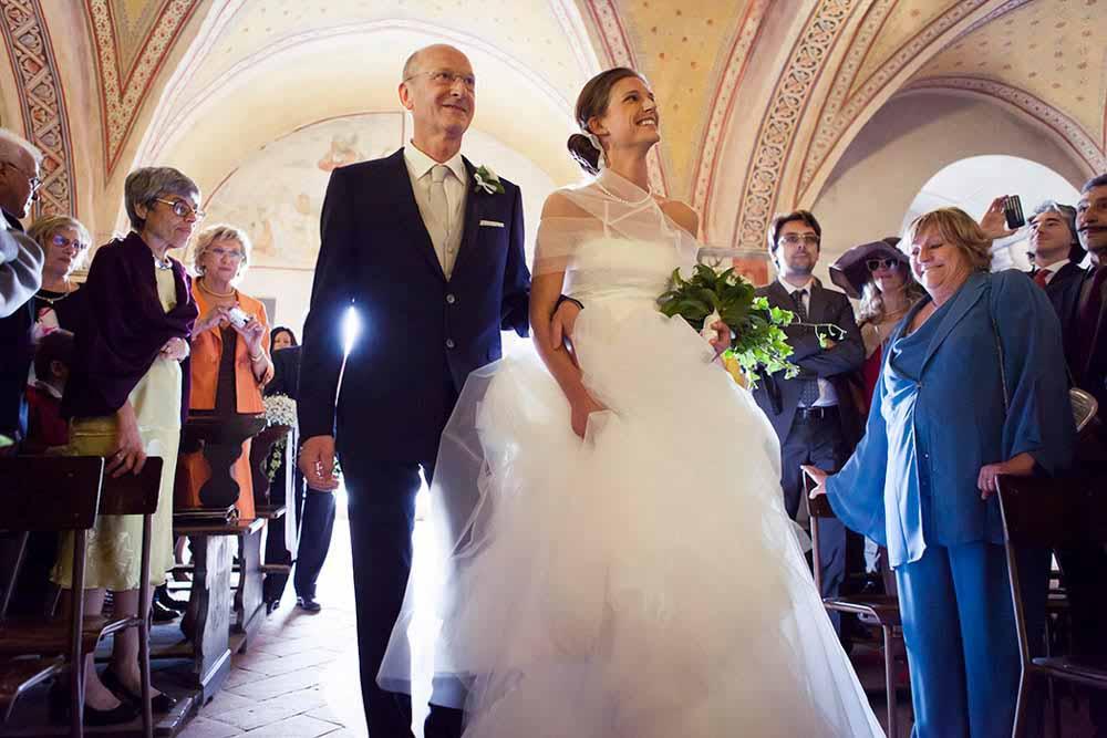 Fotografo matrimonio Torino: La sposa entra in Chiesa, accompagnata dal padre